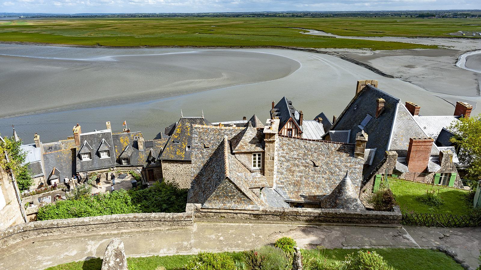 Mont-Saint-Michel: Blick von den Abteigärten auf das Dorf im Schatten des Klosters. Foto: Hilke Maunder
