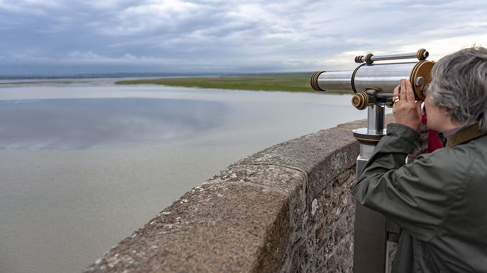 Mont-Saint-Michel: Hier und da sind Ferngläser aufgestellt, um die Küste und das Meer näher zu holen. Foto: Hilke Maunder