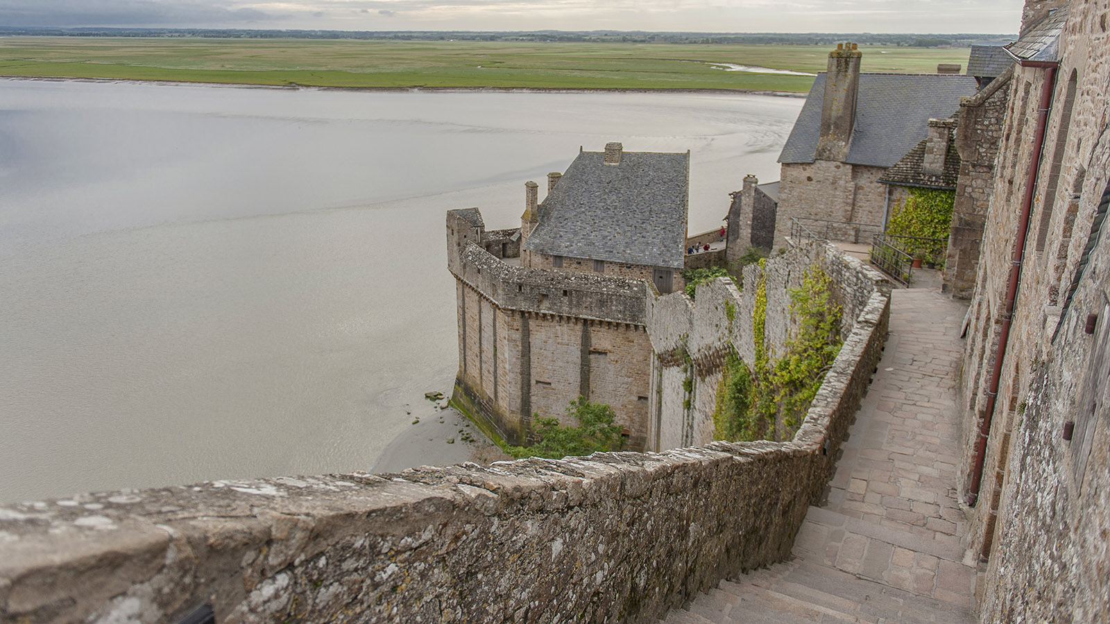Aussichtswege: die Wehrgänge des Klosterberges Mont-Saint-Michel. Foto: Hilke Maunder