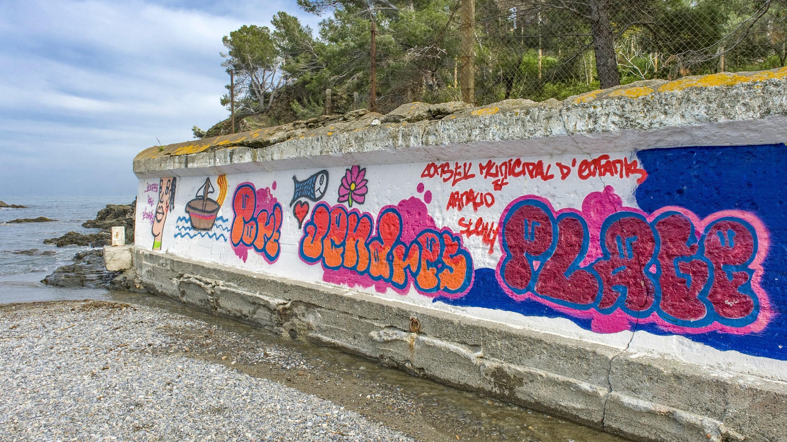 Paulilles: Street Art an der Strandmauer. Foto: Hilke Maunder
