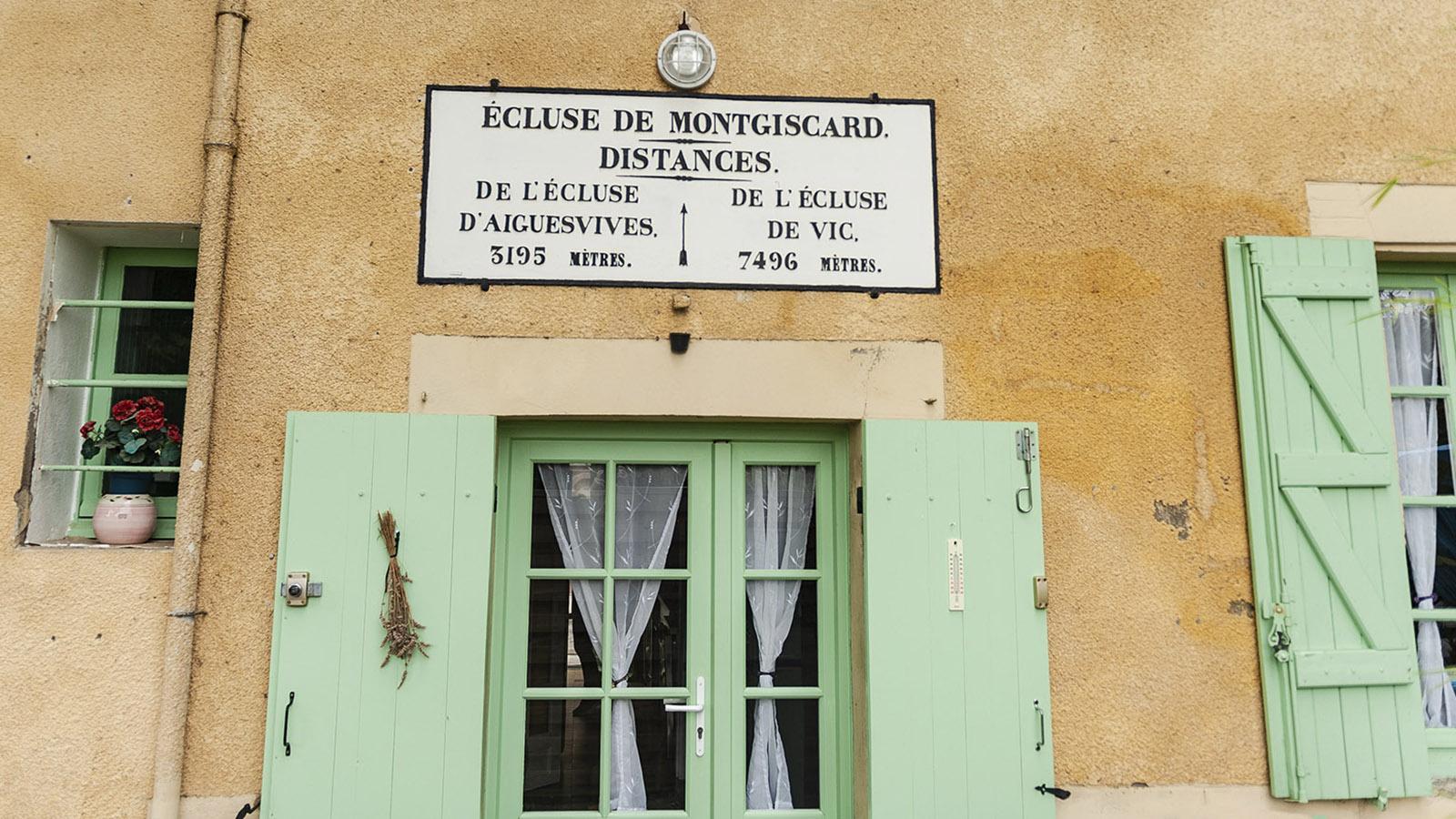 Canal du Midi: Jedes Schleusenhäuschen verrät auf Schildern die Entfernung zur nächsten Schiffstreppe. Foto: Hilke Maunder