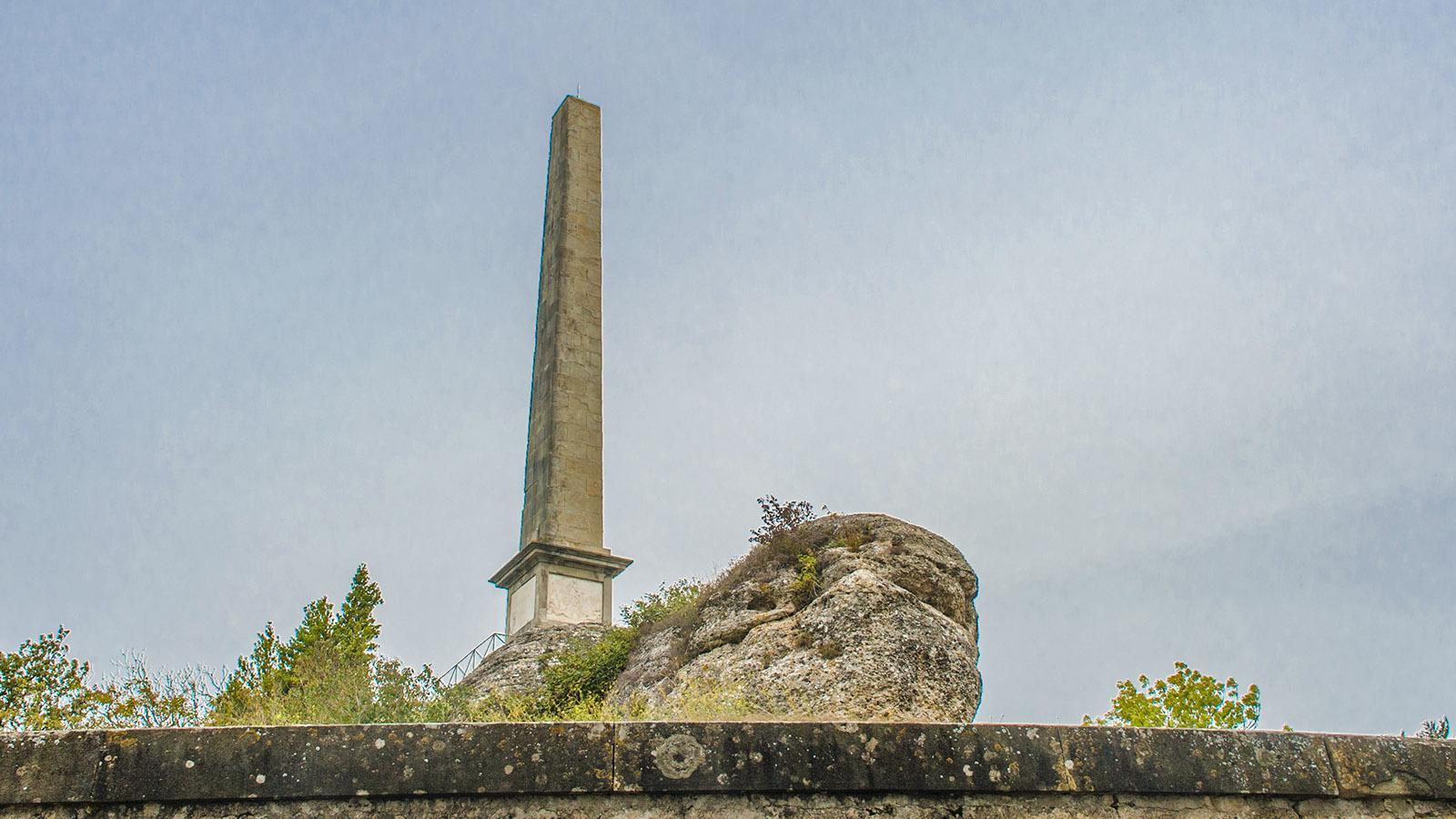 Canal du Midi: der Obelisk von Naurouze.