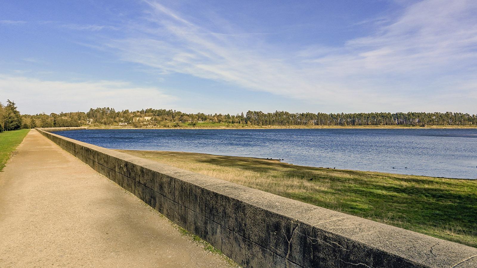 Auf der Staumauer des Lac Saint-Ferréol verläuft heute eine Promenade. Foto: Hilke Maunder