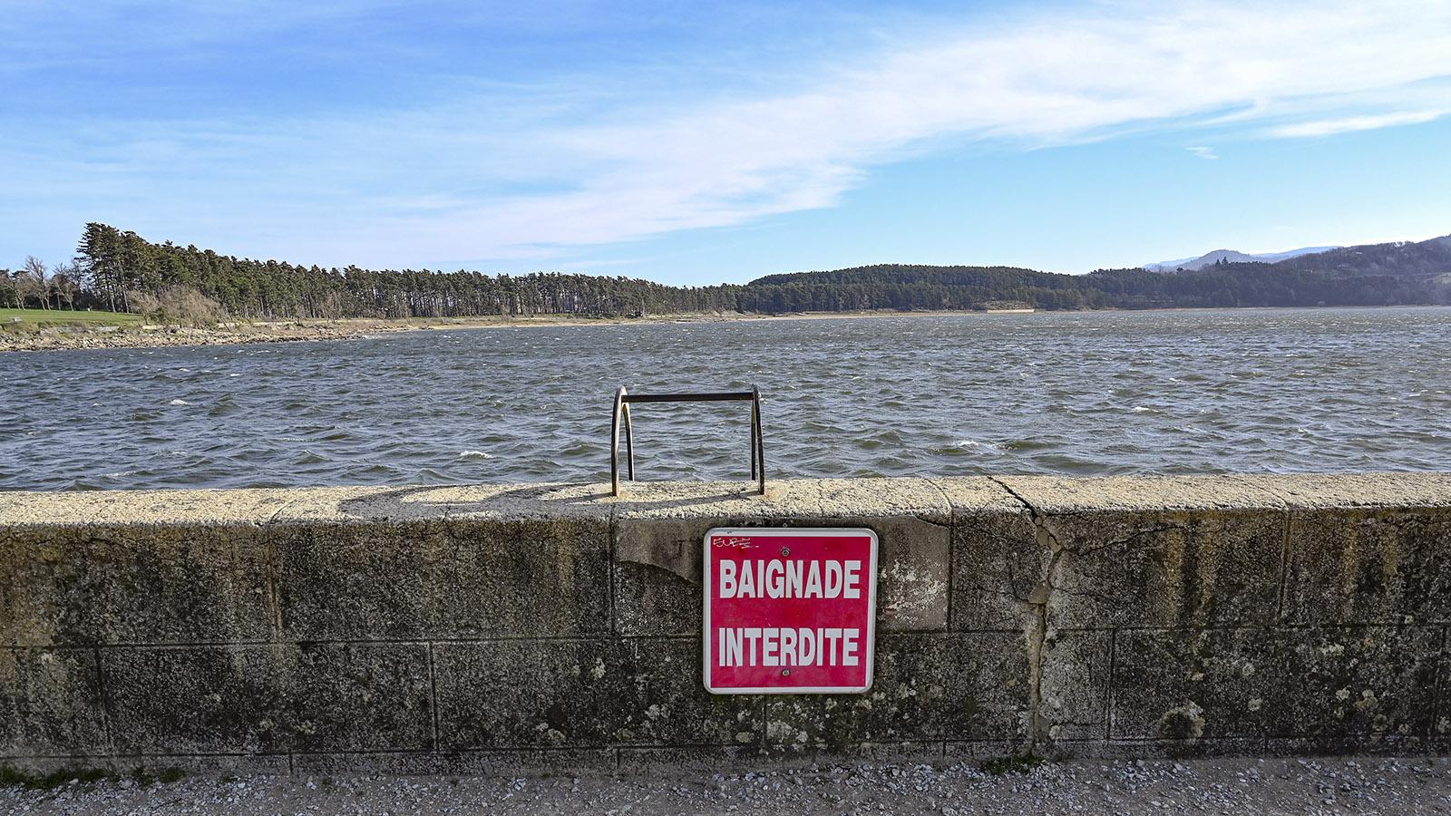 Der Stausee Lac Férreol. Das Baden direkt an der Staumauer ist verboten, aber von den Uferstränden aus gestattet. Foto: Hilke Maunder