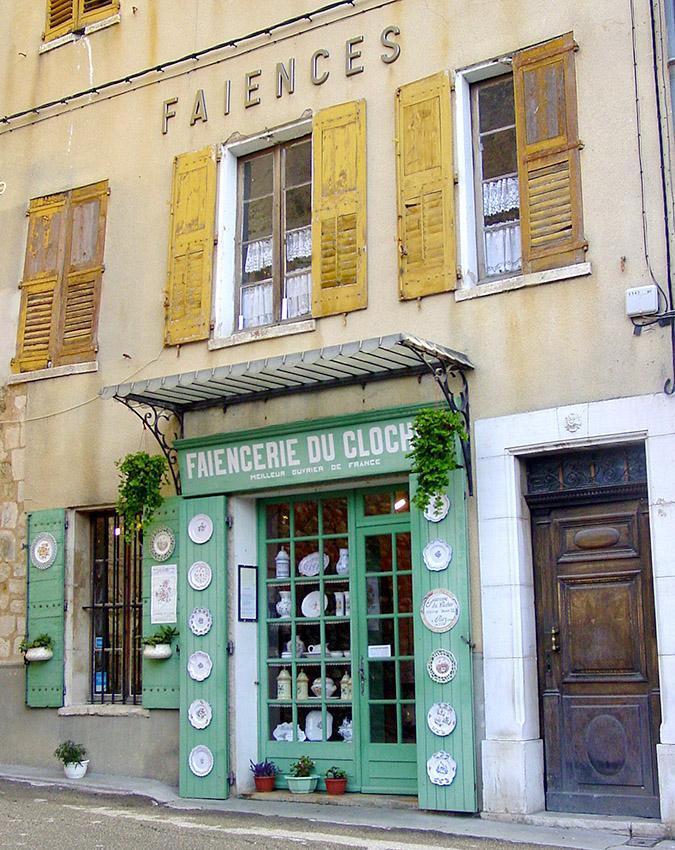 Haute-Provence, Riez: Fayence-Geschäft bei der Pfarrkirche. Foto: Hilke Maunder
