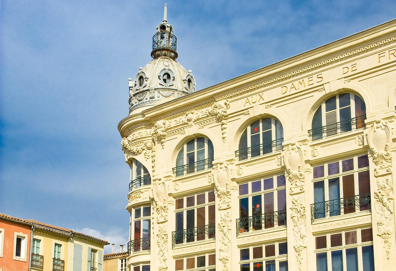 Narbonne: Nobel, diese Kaufhausfassade gegenüber der Kathedrale! Foto: Hilke Maunder