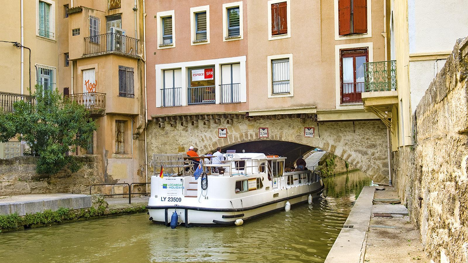 Narbonne: Ganz schön schmal, die Durchfahrt auf dem Canal de la Robine. Foto: Hilke Maunder