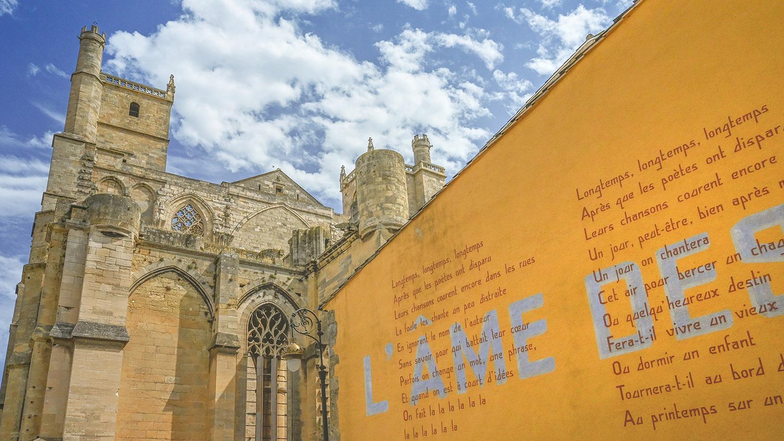 Das Chanson L'ame des poètes schmückt eine Fassade neben der Cathédrale Saint-Just-et-Saint-Pasteur. Foto: Hilke Maunder
