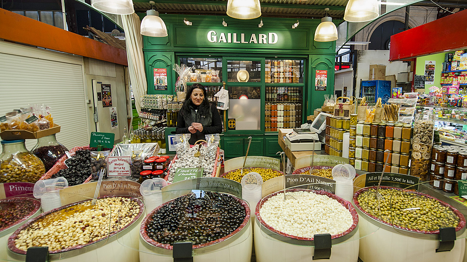 Narbonne: Olivenparadies - der Stand von Gaillard in der Markthalle. Foto: Hilke Maunder