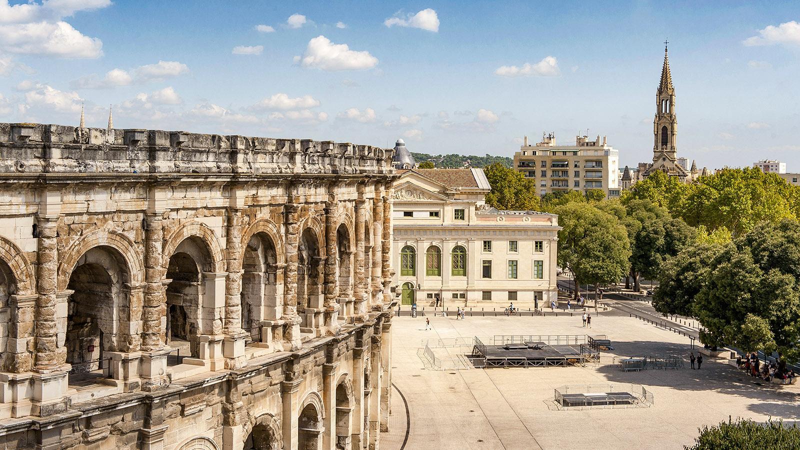 Die Arenen von Nîmes mit der Place des Arènes. Foto: Hilke Maunder