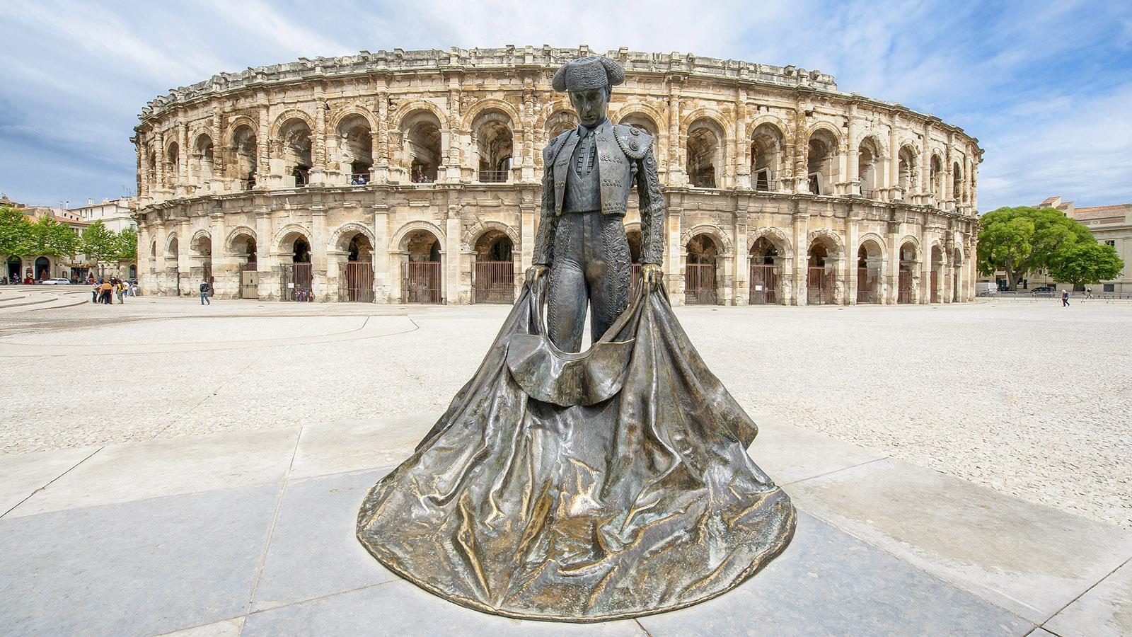 "Nimes: ""Held"" heißt die Statue des Toreros Nimeño II vor den Arenen. Foto: Hilke Maunder"