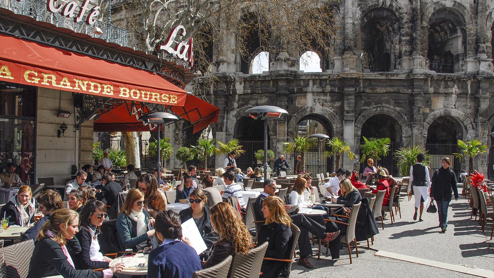 Nîmes: Direkt an den Arenen: die Brasserie La Grande Bourse. Foto. Hilke Maunder