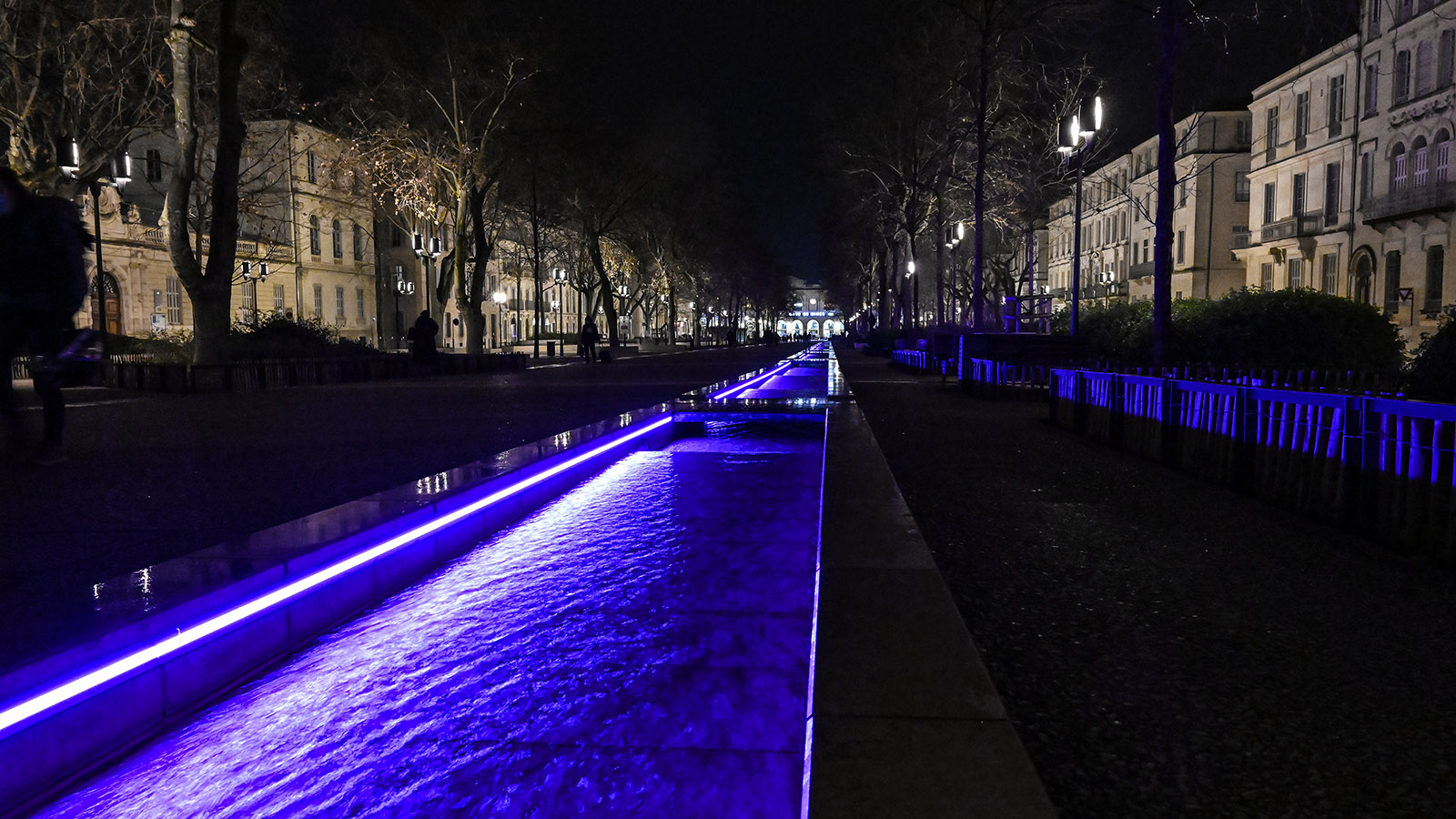 NÎmes: Die Esplanade zm Bahnhof wird abends vielfarbig beleuchtet. Foto: Hilke Maunder