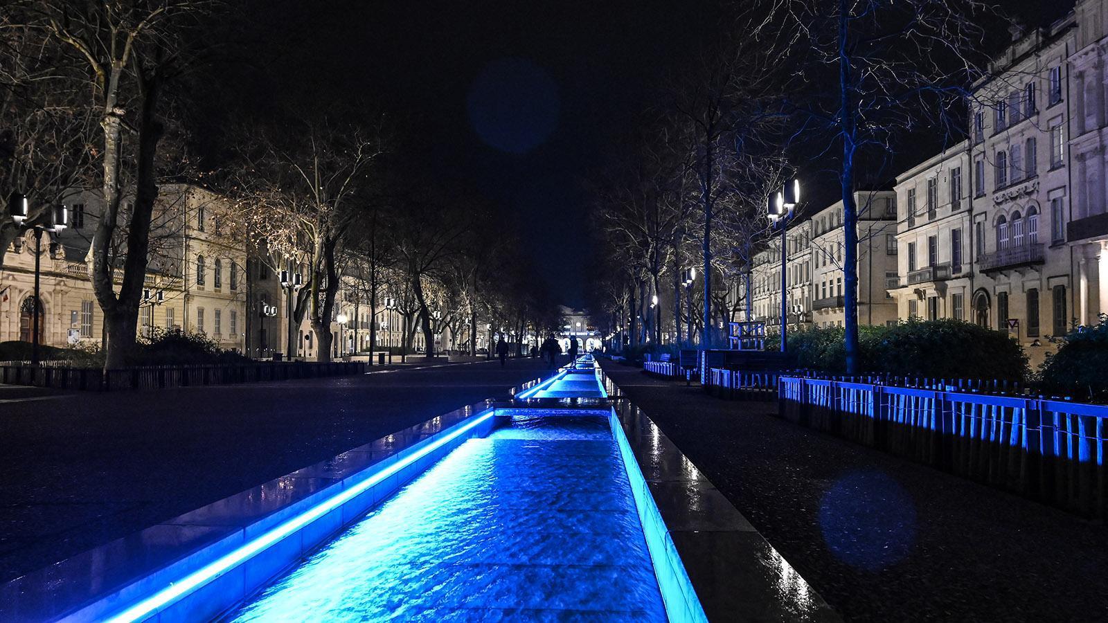 Nîmes: Die Esplanade zum Bahnhof wird abends vielfarbig beleuchtet. Foto: Hilke Maunder