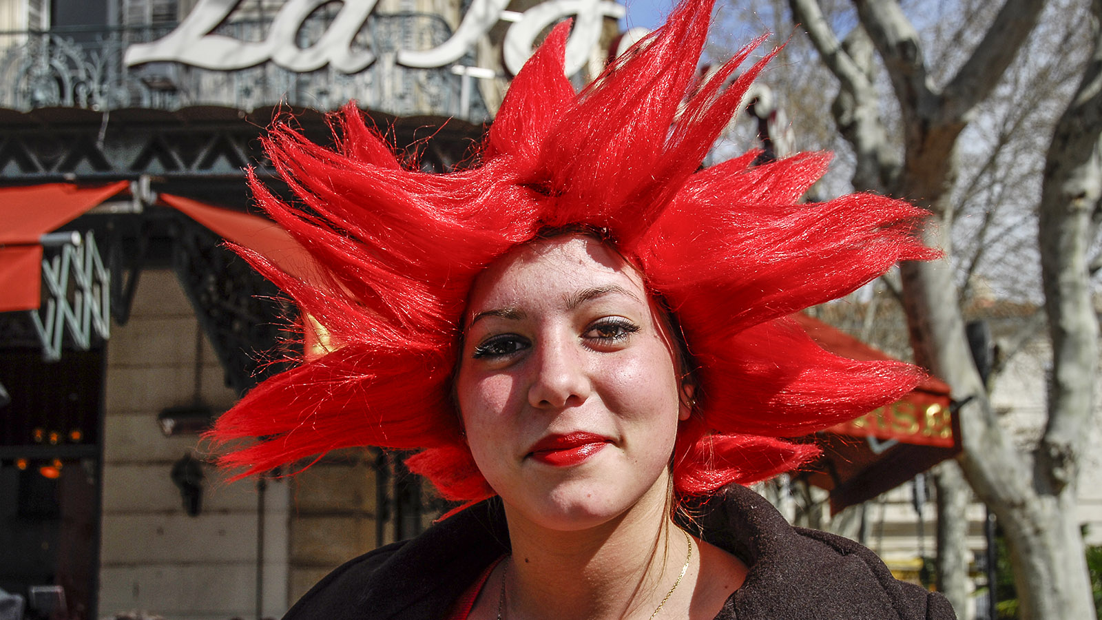 Nîmes: Abiturientin feiert ihr Bac. Foto: Hilke Maunder