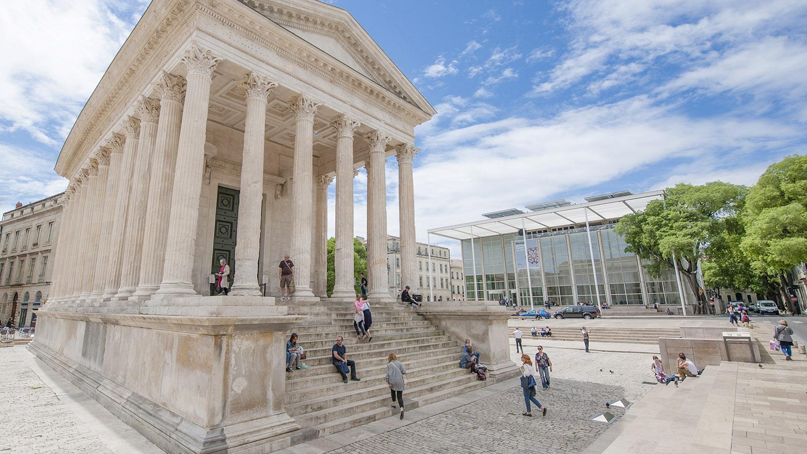 Nîmes: Spannungsvoller Kontrast: die Maison Carrée (l.) und das Carré d'Art (r.). Foto. Hilke Maunder