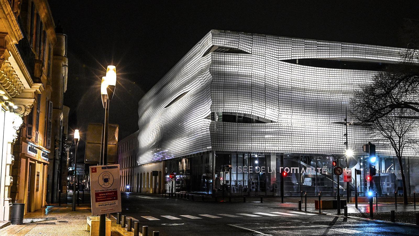 Die Fassade des Musée de la Romanité bei Nacht. Foto: Hilke Maunder