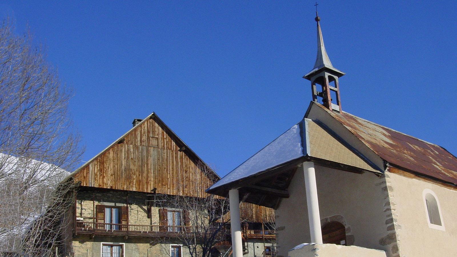 Les Sybelles. St-Jean-d'Arves: der alte Ortskern mit seiner Kapelle. Foto: Hilke Maunder