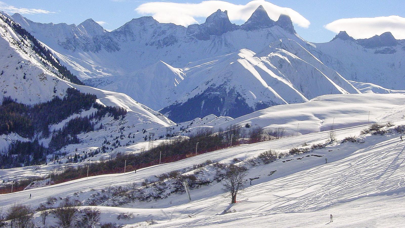 Les Sybelles: Blick auf die Bergspitzen der Aiguilles d'Arves, die zum Wahrzeichen des Skigebietes wurden. Foto: Hilke Maunder