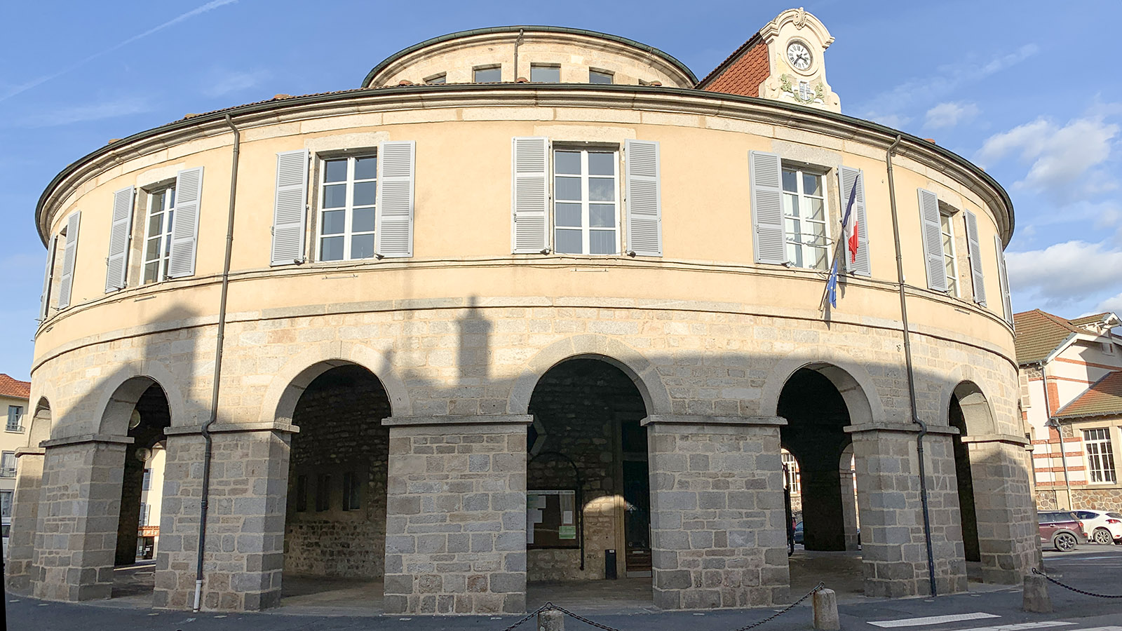 Das einzige runde Rathaus von Frankreich steht in Ambert in der Auvergne. Foto: Hilke Maunder