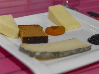Käse der Auvergne: Cantal, Salers und Saint-Nectaire, vereint auf einer Käseplatte mit Gewürzbrot. Foto: Hilke Maunder
