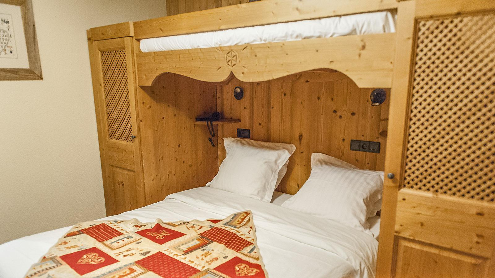 Schlafkammer im Hotel Les Écureuils von Le Grand Bornand. Foto: Hilke Maunder