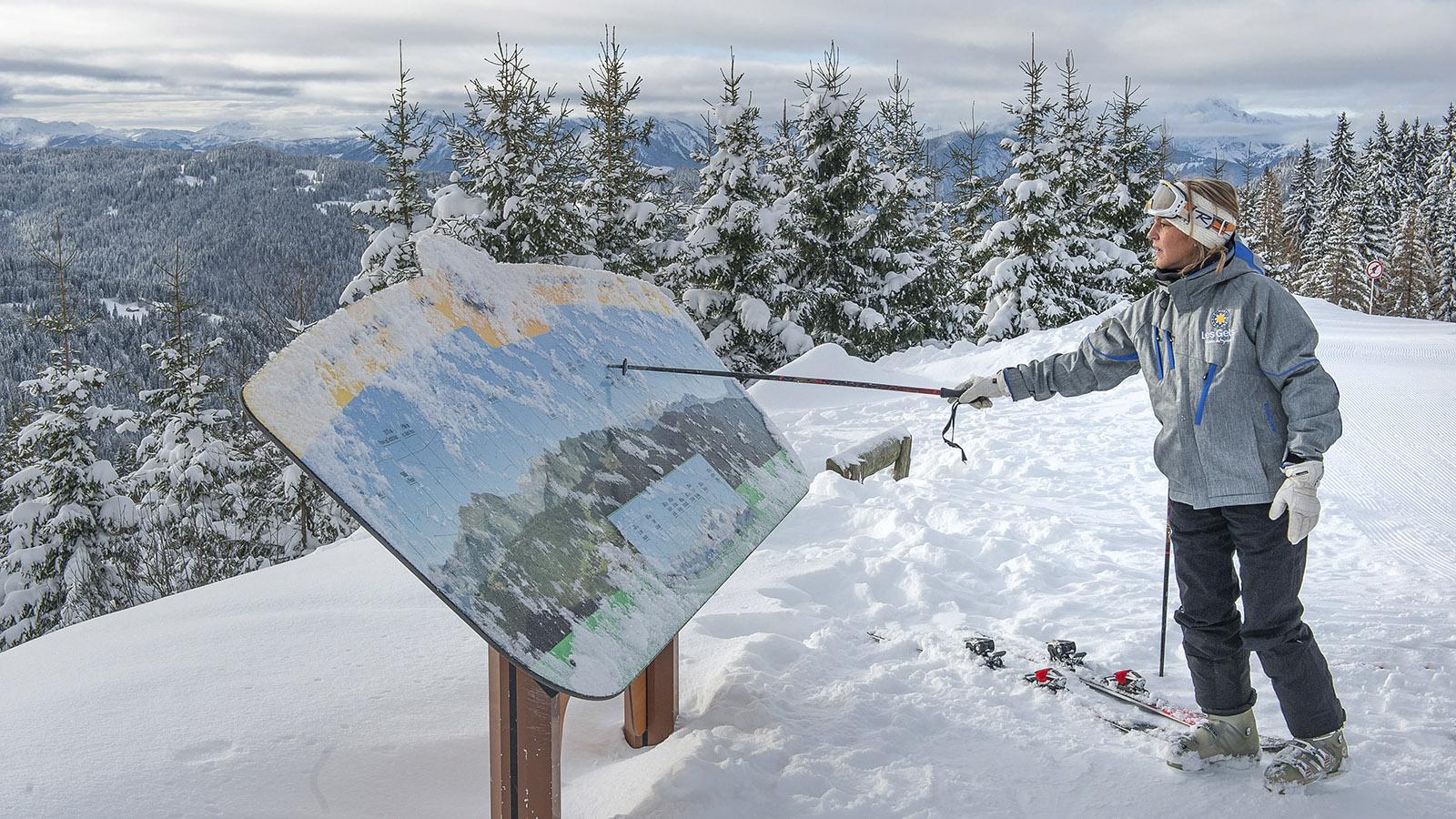 Les Gets: Für Überblick sorgen Tafeln - sie verraten auch, welche Bergspitzen euch umgeben. Foto: Hilke Maunder