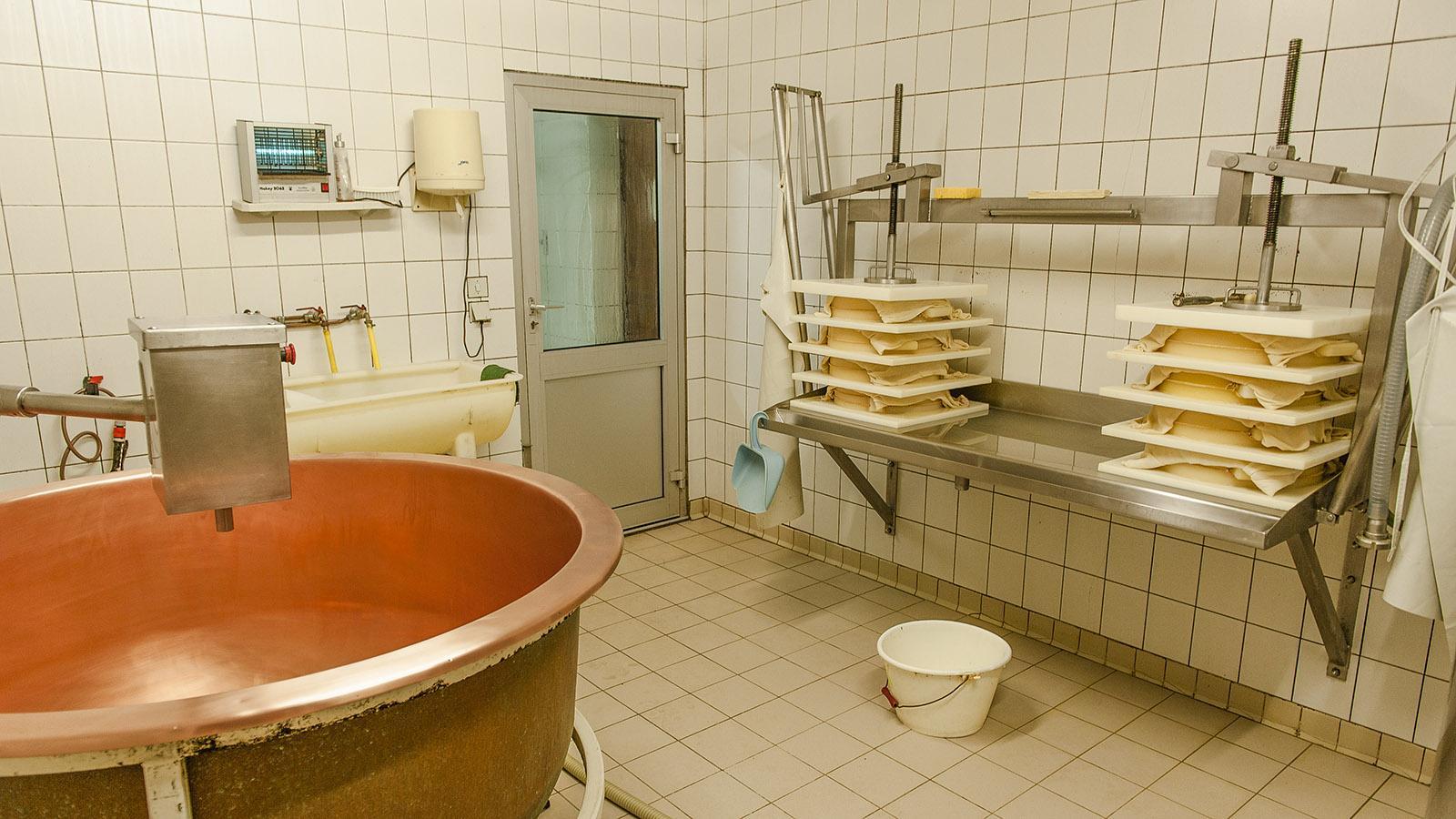 Abondance: Erst kommt die Milch in den Kupferkessel, dann wird dem Käse durch Pressung die überschüssige Feuchtigkeit entnommen. Foto: Hilke Maunder