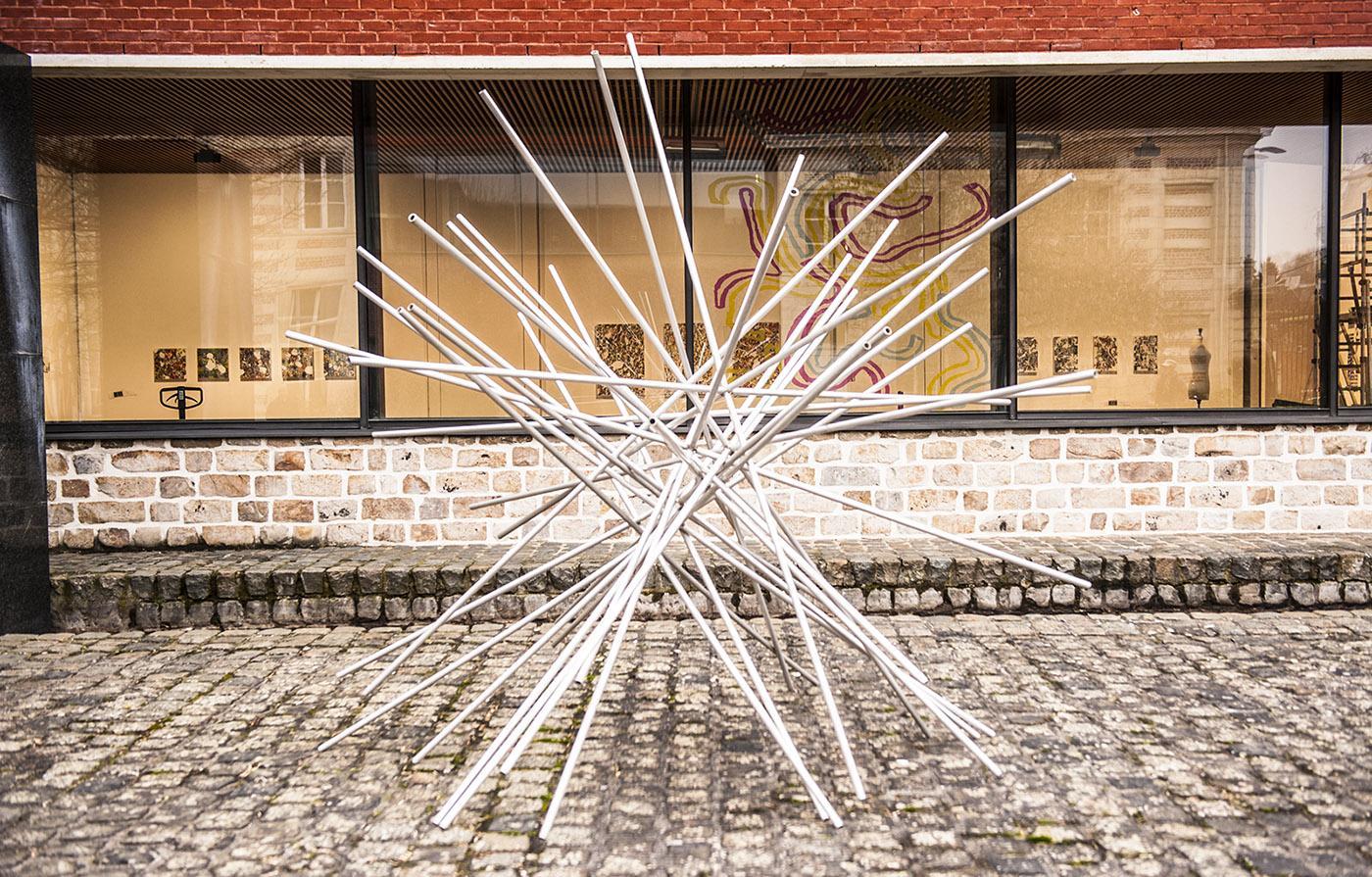 Skulptur im Vorhof des Museums. Foto: Hilke Maunder
