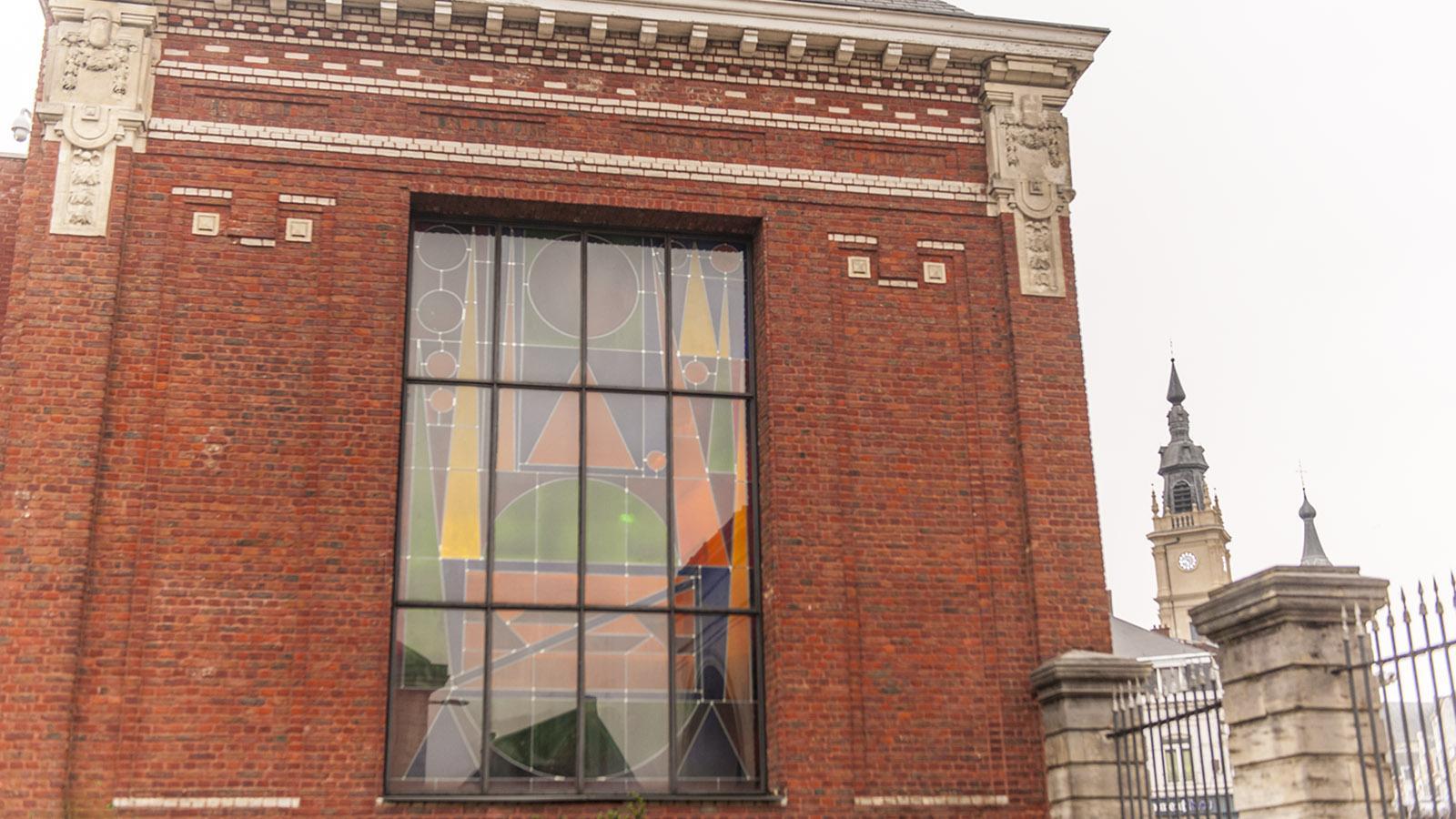 Farbenfroh: ein Fenster des Matisse-Museums. Foto: Hilke Maunder
