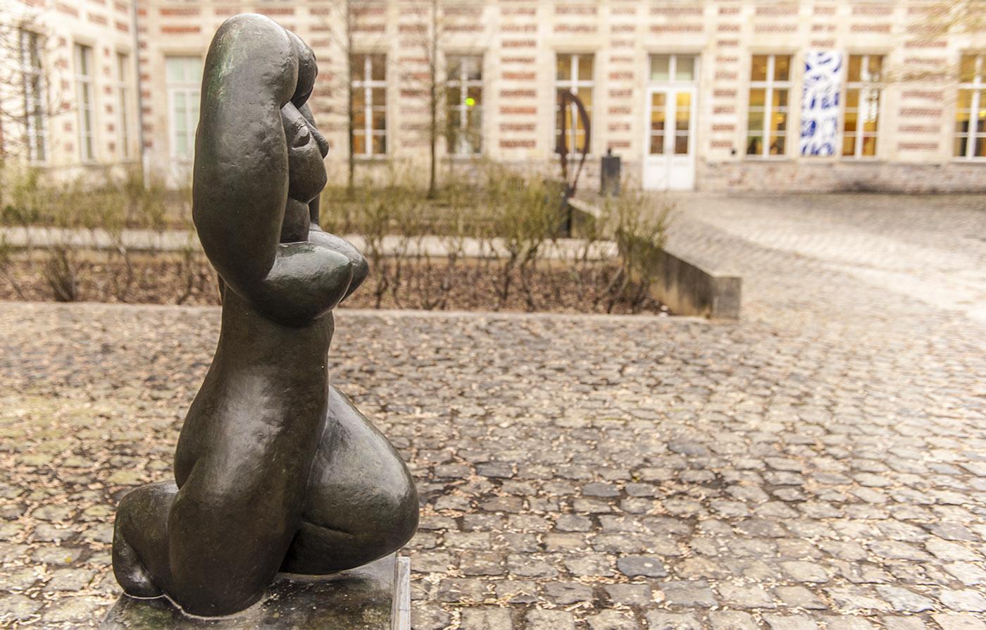 Im Vorhof des Museums sind Skulpturen von Matisse ausgestellt. Foto: Hilke Maunder