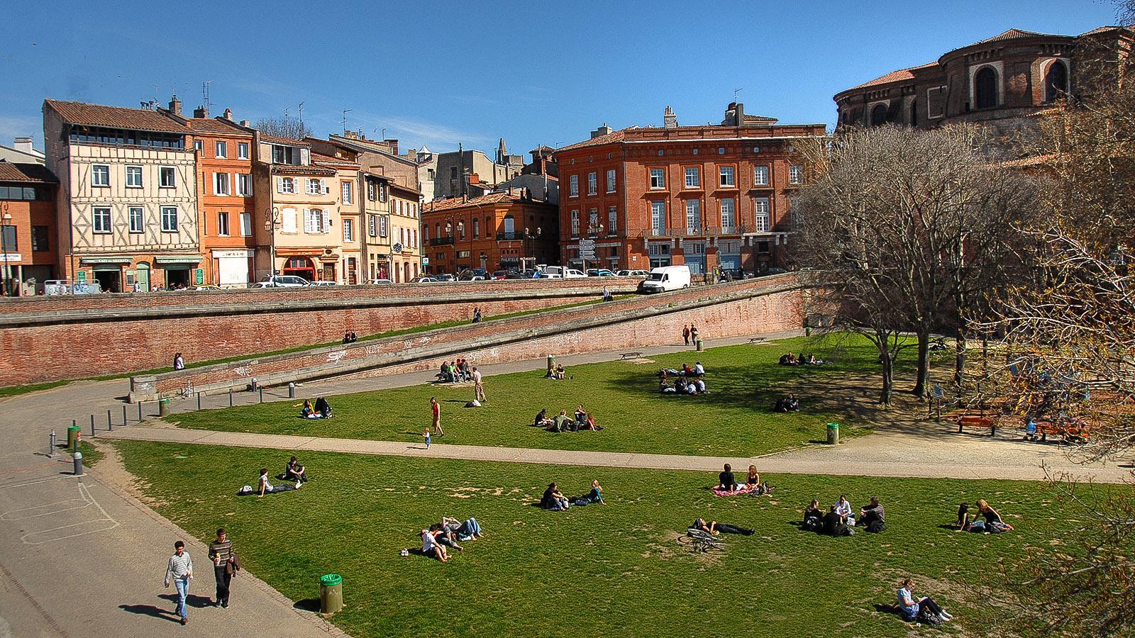 Toulouse: eine beliebte Oase im Grünen: die Place de la Daurade mit ihrem kleinen Park am Ufer der Garonne. Foto: Hilke Maunder