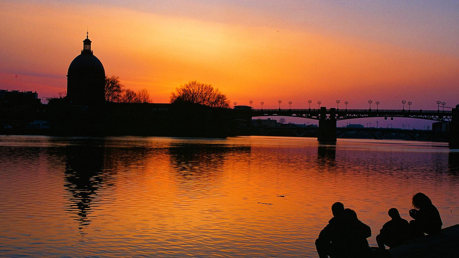 Toulouse. Sonnenuntergang an der Garonne. Am anderen Ufer seht ihr den Dôme de la Chapelle Saint-Joseph-de-la-Grave. Foto: Hike Maunder