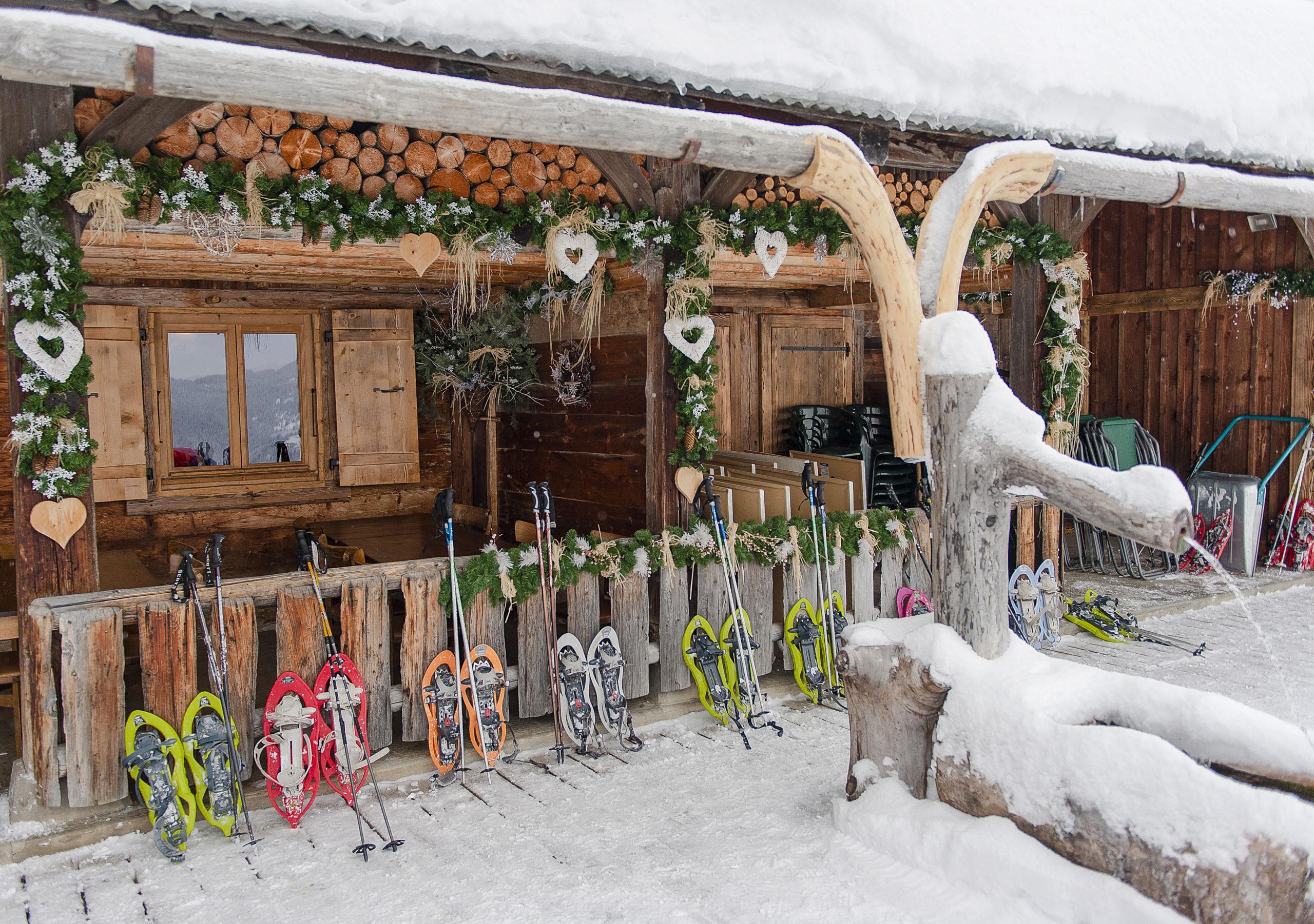 Les Gets: Schneeschuhe vor der Berghütte Lds Chevrelles. Foto: Hilke Maunder