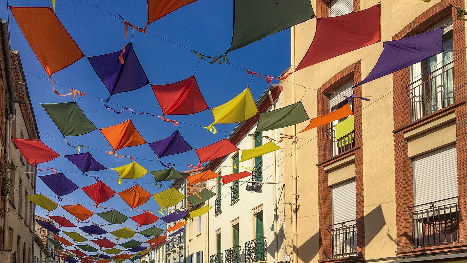 Im Sommer schützen bunte Sonnensegel diese Altstadtgasse. Foto: Hilke Maunder