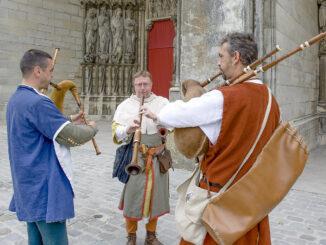 Laon: Auch vor der Kathedrale musizieren bei der Fête Médiévale die Musikanten. Foto: Hilke Maunder