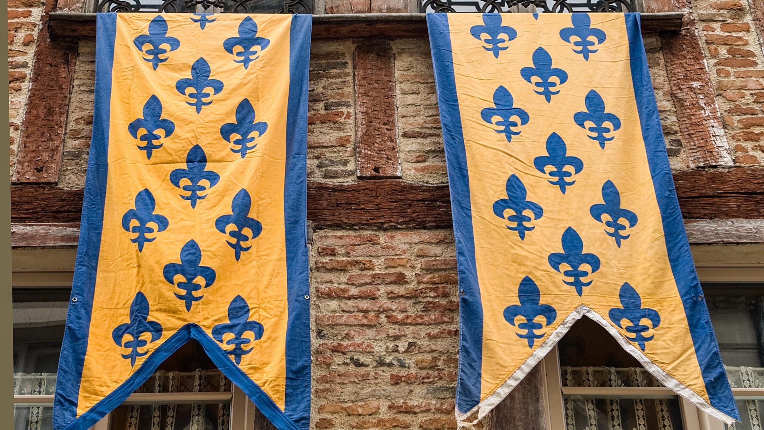 Das Stadtwappen von Laon schmückt beim Mittelalterfest Fassaden. Foto: Hilke Maunder