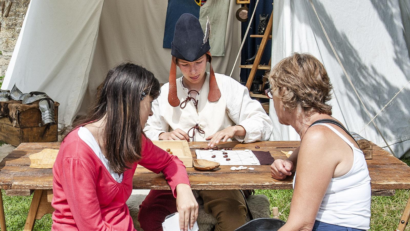 Mittelalterfest Laon: Mühle spielen wie im Mittelalter. Foto: Hilke Maunder
