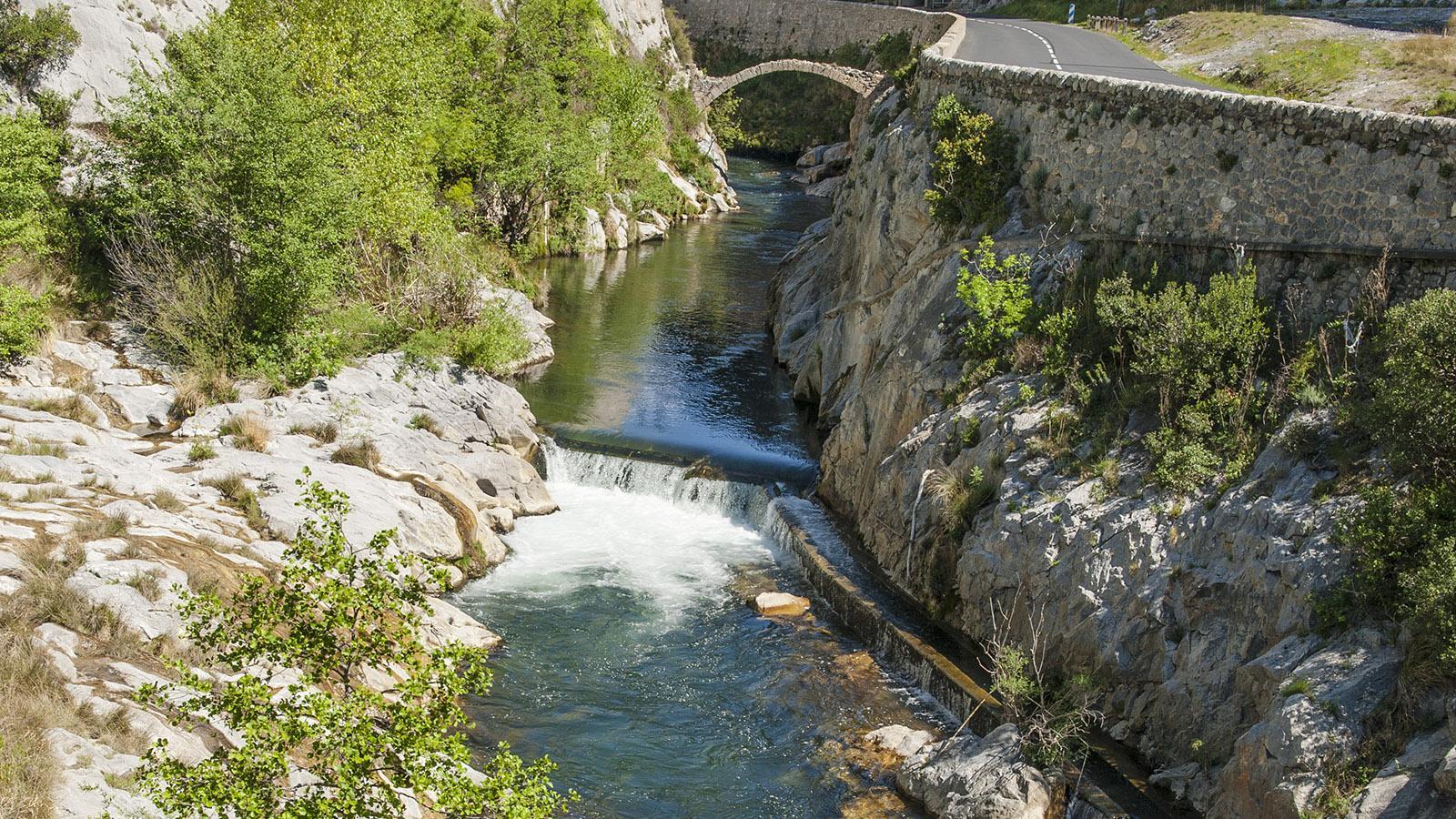 Die Bogenbrücke über den Agly in der Clue de la Fou bei Saint-Paul-de-Fenouillet. Foto: Hilke Maunder