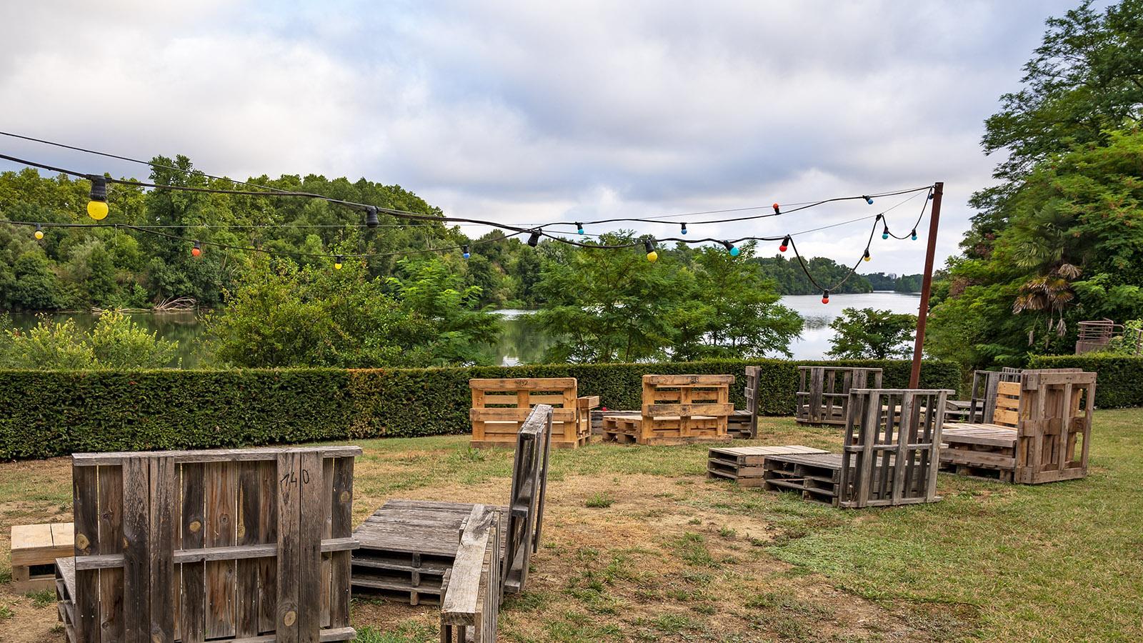 Der Ufergarten von Le Clapotis - im Sommer kommen gemütliche Kissen auf die Paletten. Foto: Hilke Maunder