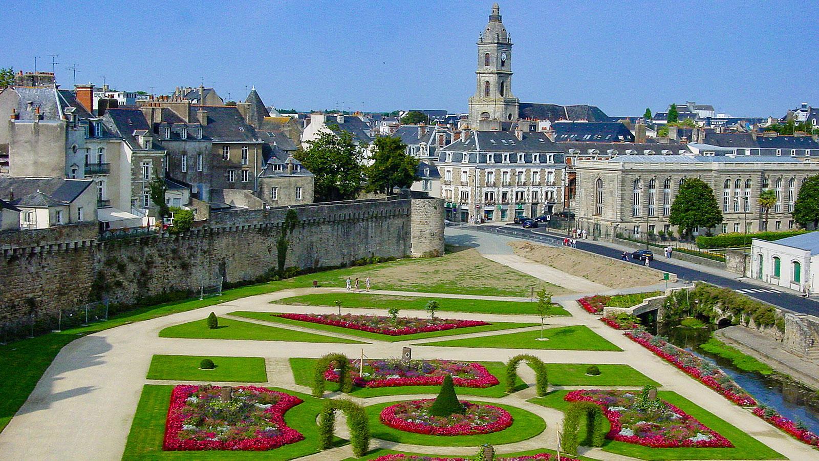 Vannes: Blick von der Tour de Connétabel auf die Ville Close mit Wehrmauer und Stadtkirche. Foto: Hilke Maunder