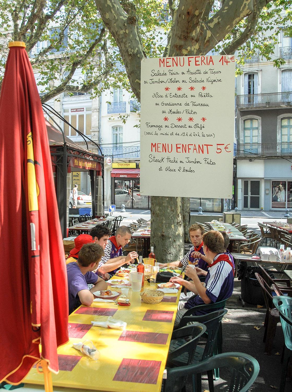Béziers: Während der Feria im August bieten viele Lokale auf der Allée Paul Riquet Menü unter freiem Himmel. Foto: Hilke Maunder