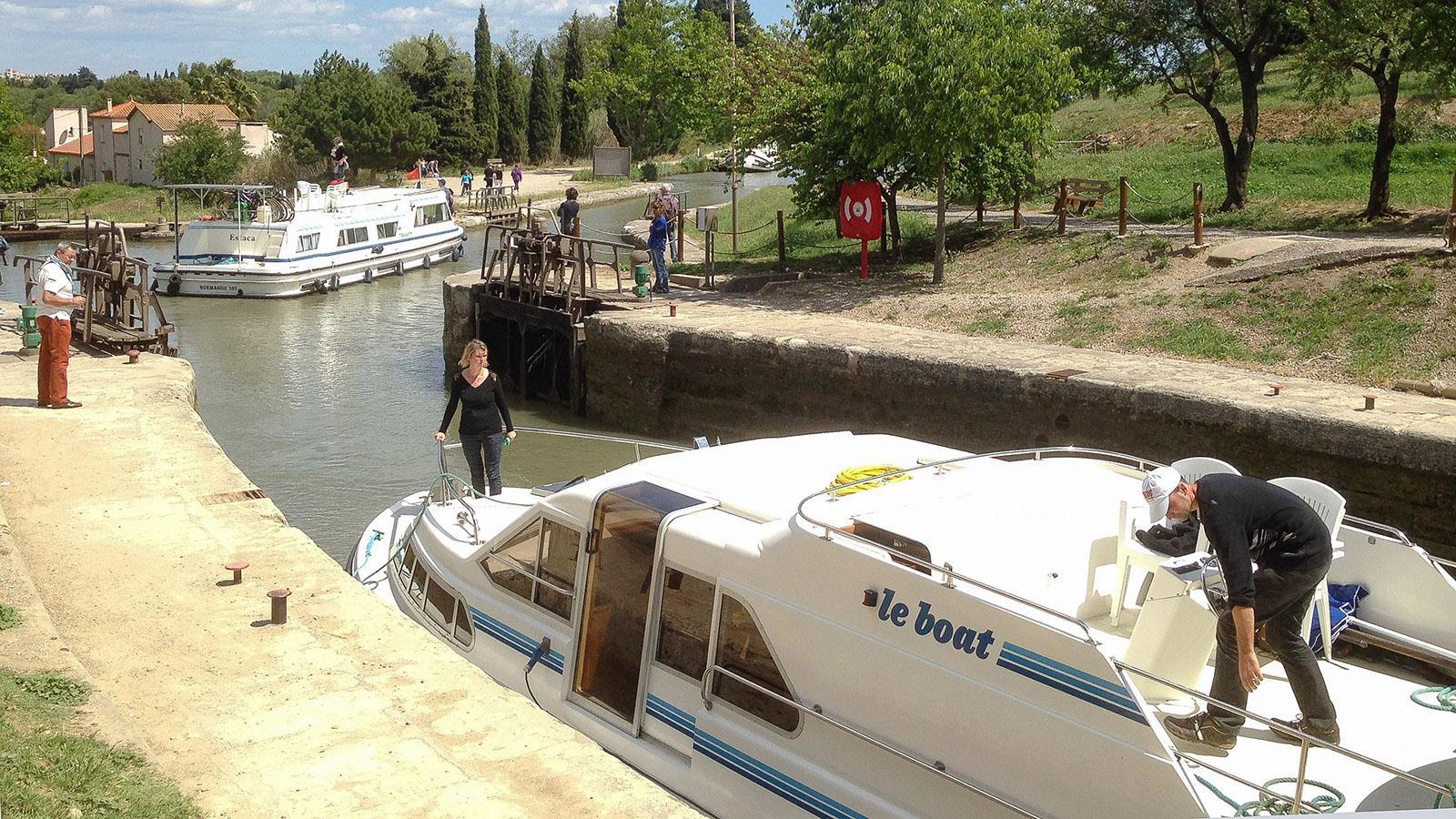 Hausbootkapitäne passieren die Schleusentreppe von Fonserannes. Foto: Hilke Maunder