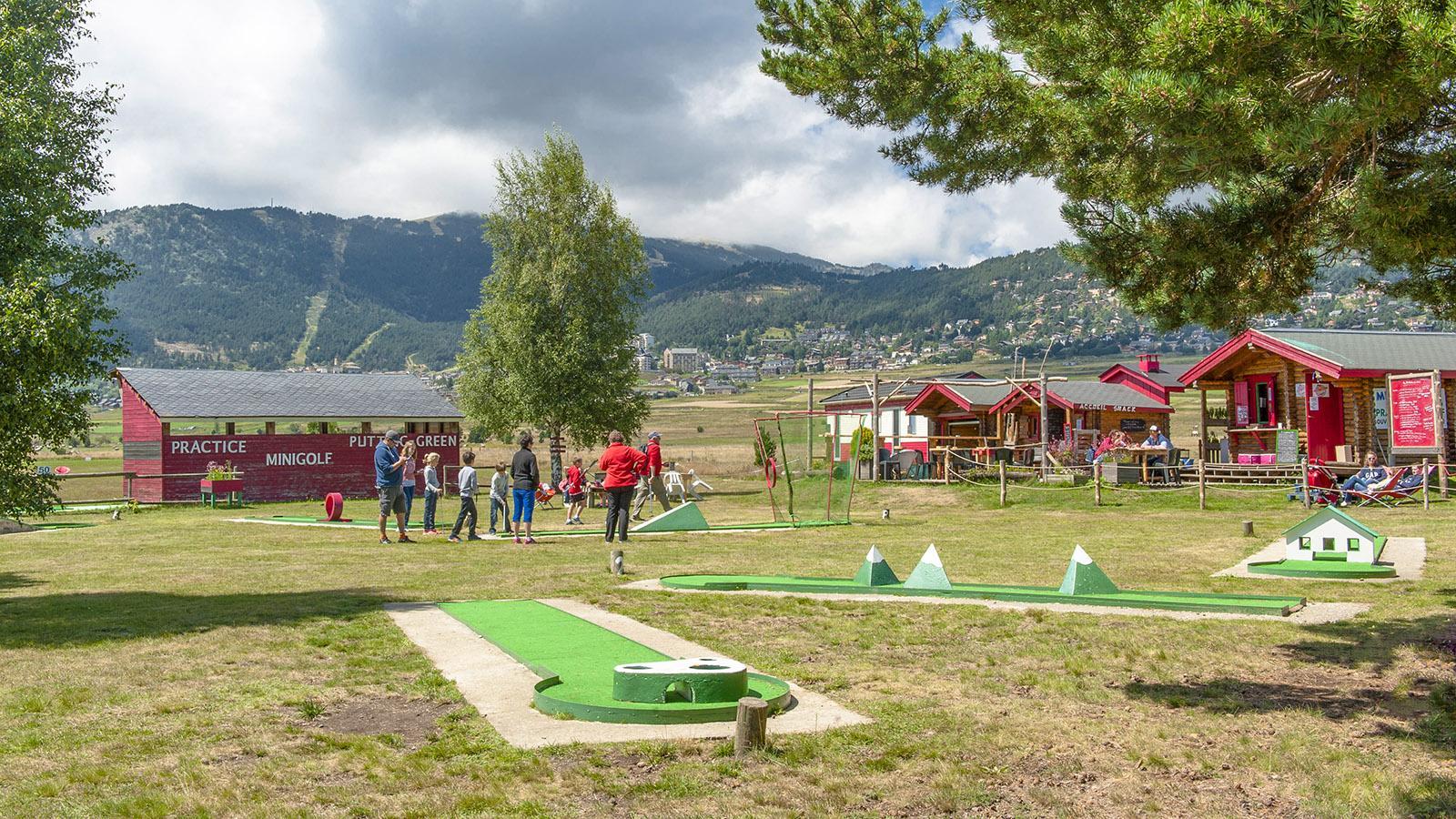 Capcir: Auch Minigolf gehört zur Freizeitanlage am Lac de Matemale. Foto: Hilke Maunder