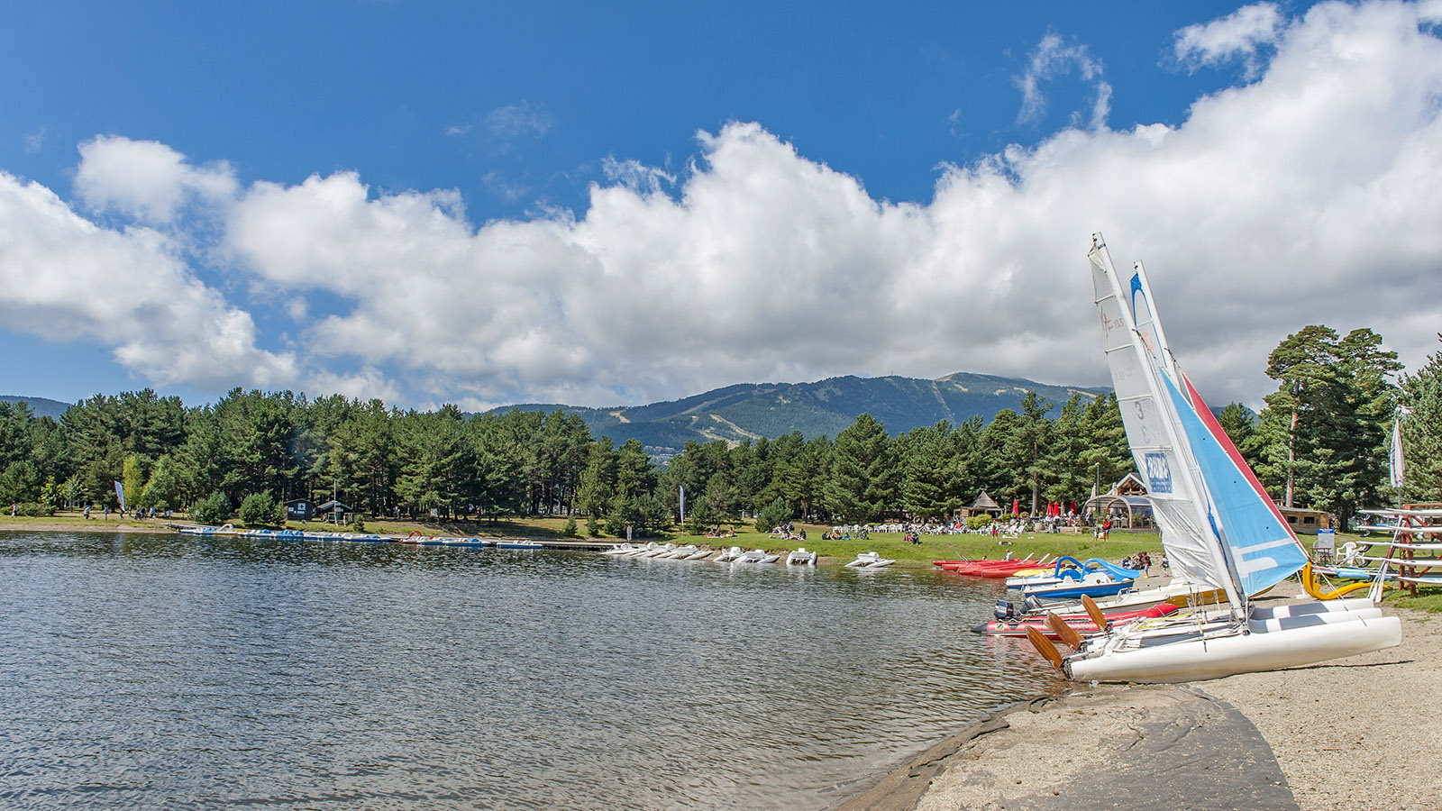 Capcir: Der Lac de Matemale begeistert Wassersportler wie Badenixen. Foto: Hilke Maunder