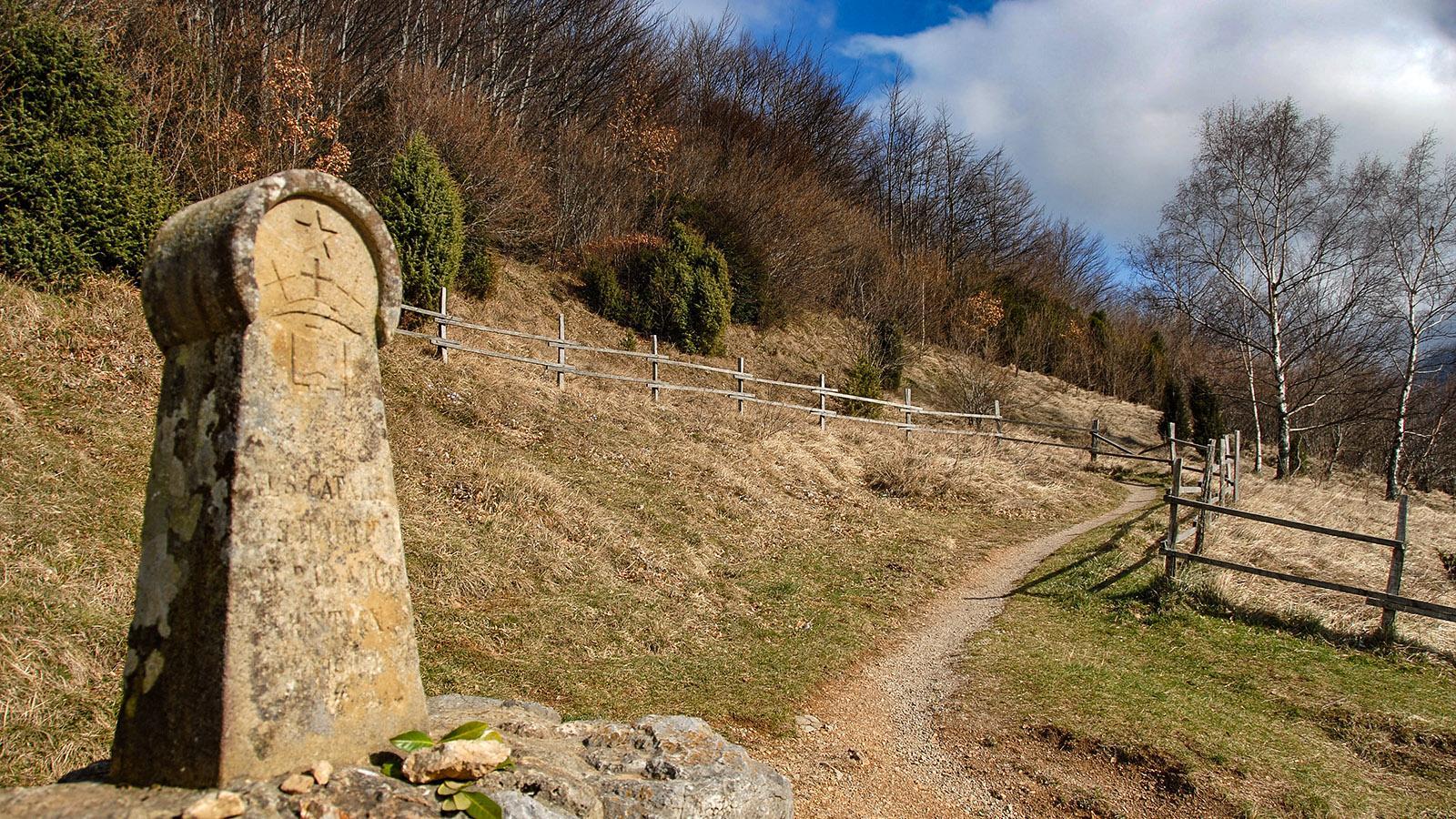 Erinnerung an die Bluttat: der Gedenkstein auf Wanderweg zur Katharerburg Montségur. Foto: Hilke Maunder