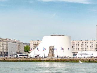 Le Havre: Großer und kleiner Vulkan, vom Bassin de Commerce aus gesehen. Im Hintergrund die Église Saint-Joseph. Foto: Hilke Maunder