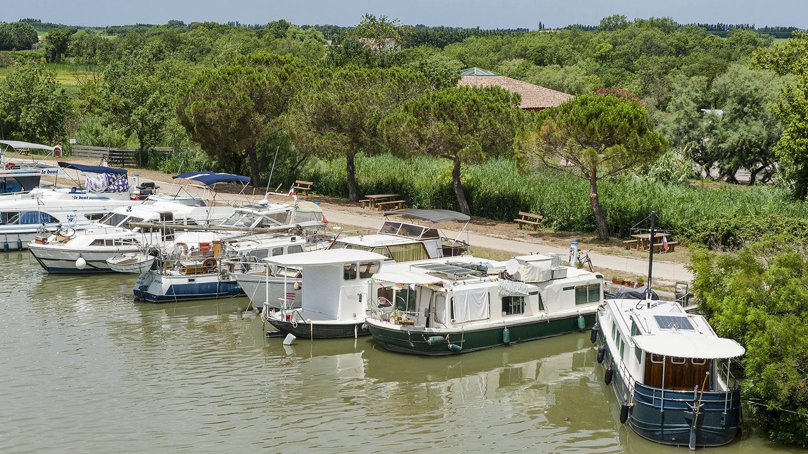 Petite Camargue: Der r Canal du Rhône à Sète ist ein beliebtes Hausbootrevier. Foto: Hilke Maunder