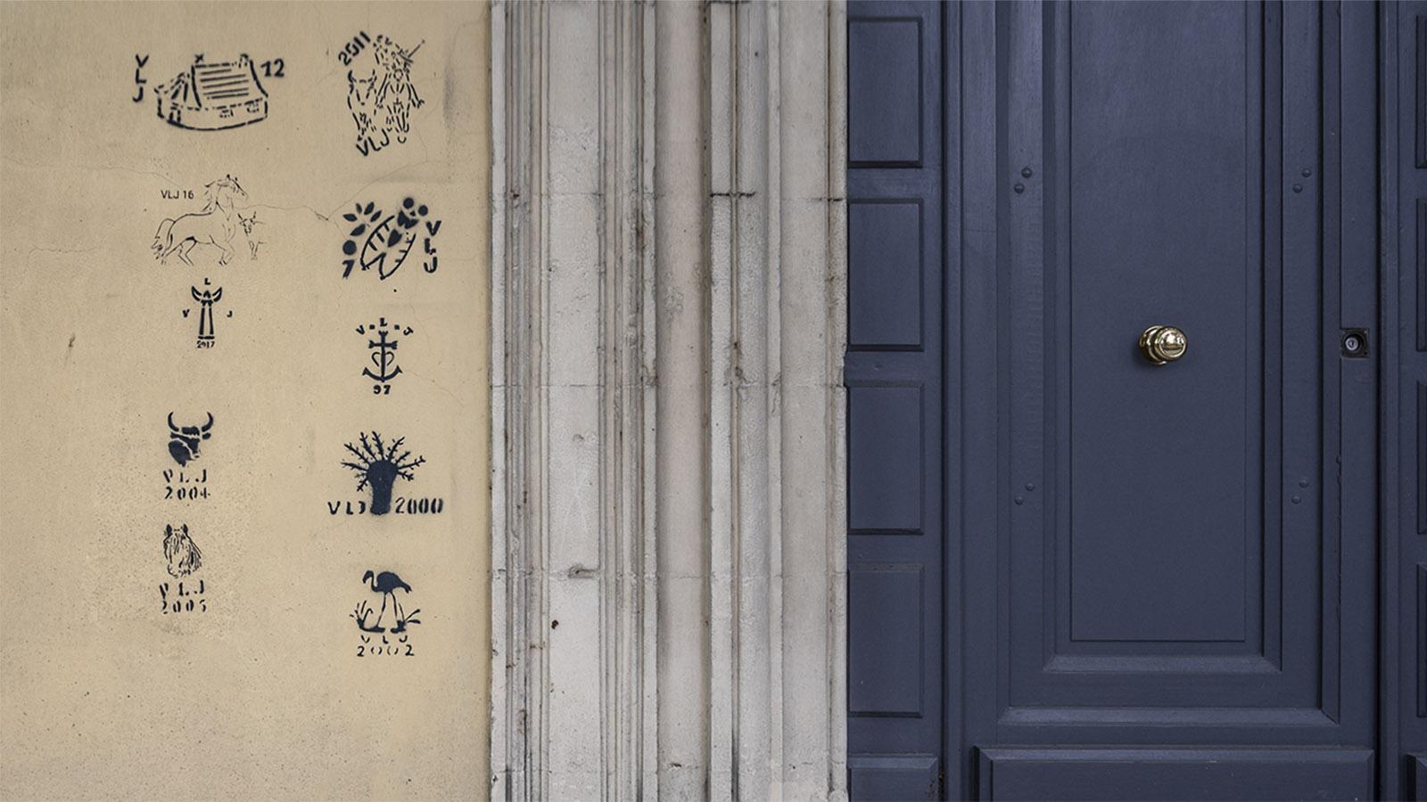 Solche gestempelten Zeichen findet ihr häufig in der Petite Camargue. Sie verraten: Hier wohnt ein Sieger der Course Camarguaise. Foto: Hilke Maunder