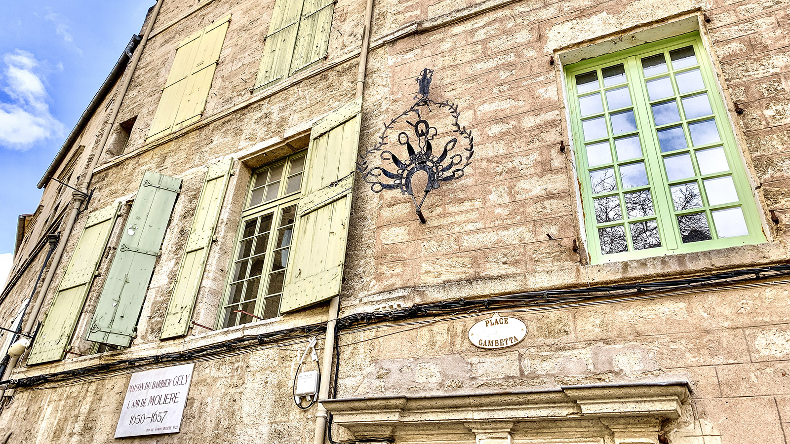 Pézenas: In diesem Stadtpalais an der Place Gambetta lebte ein Freund von Molière, erinnert eine kleine Marmortafel. Foto: Hilke Maunder